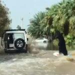 VÍDEO: Mujer con burka demuestra sus habilidades en el surf en una calle inundada de Arabia Saudita