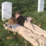 Tiernas fotos de dos niños descansando sobre una tumba emocionan a las redes