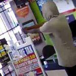 Un ladrón armado pide de rodillas que lo liberen de la tienda que acababa de robar