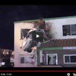 ALUCINANTE VÍDEO: Un coche sale volando y aterriza dentro de la primera planta de una casa