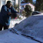 VIDEO: Esta la razón por la que nunca debe arrojar agua caliente al parabrisas de su coche congelado