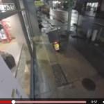 VIDEO INCREIBLE: Dos chicas borrachas roban a repartidor de Pizzas.