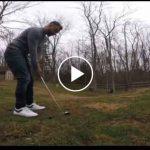 Hombre entrena a perro para recuperar pelotas de golf.