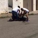 INCREÍBLE VÍDEO: Un hombre recibe una agresión con arma blanca.