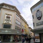 Un alemán promociona Canarias en Colonia mostrando su temperatura en un termómetro gigante
