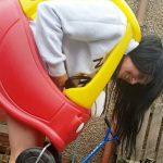 Mujer de 34 años queda atrapada en coche de plástico de bebe