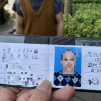 Hombre chino utiliza una licencia de conducir dibujada por el mismo