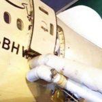 Una pasajera abre la puerta de emergencia de un avión al confundirla con la puerta del baño