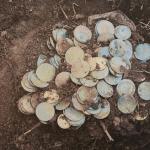 ¡Pura suerte! Dieron un paseo por el bosque y encontraron cientos de monedas de oro