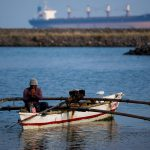 Enorme pez salta directo a una embarcación y mata a un pescador