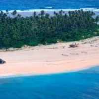 ¡De película! Naufragaron en una isla desierta y lograron salvarse gracias a un mensaje en la arena