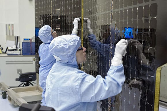 Technicians clean the solar cells of the MAVEN satellite, which is currently in orbit around Mars |  NASA / Jim Grossmann.