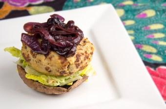 Tempehburger met geconfijte ui en portobello