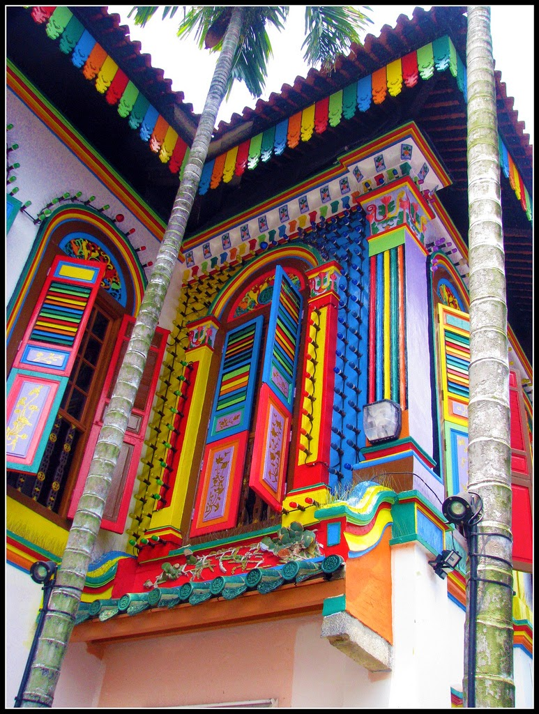 This could be my house; happy home! Mind you: it IS not. This is a building in Little India in Singapore.