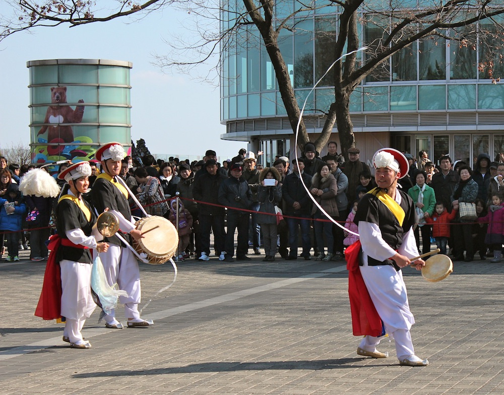 Korean Folk Dance group performing at Namsam Tower in Seoul | curlytraveller.com