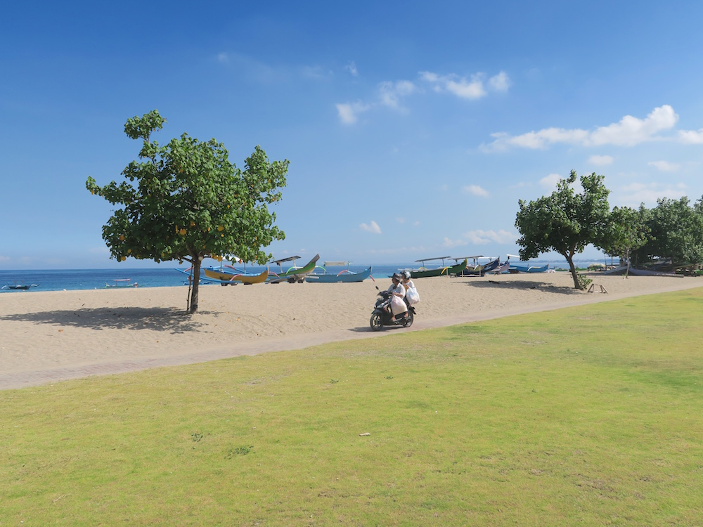Beach in front of Holiday Inn Baruna Bali |curlytraveller.com
