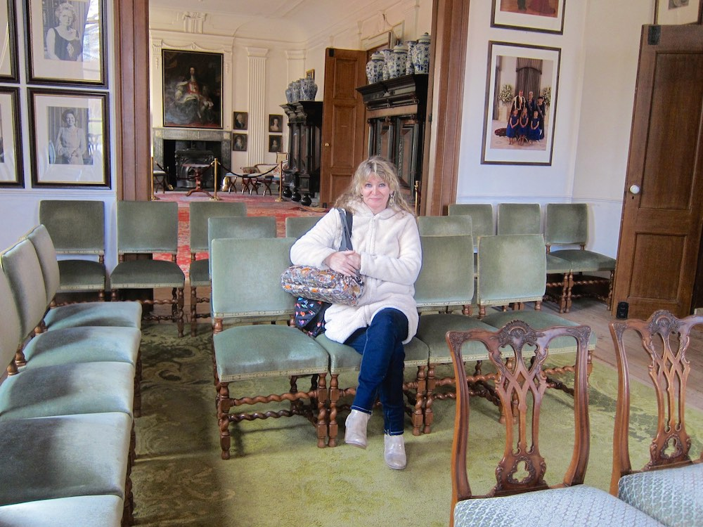Woman in one of the style rooms at Fraeylemaborg |curlytraveller.com