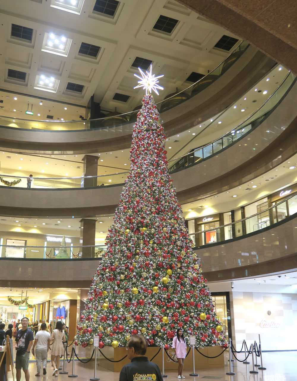 Christmas tree with stuffed bears in Takashimaya |curlytraveller.com