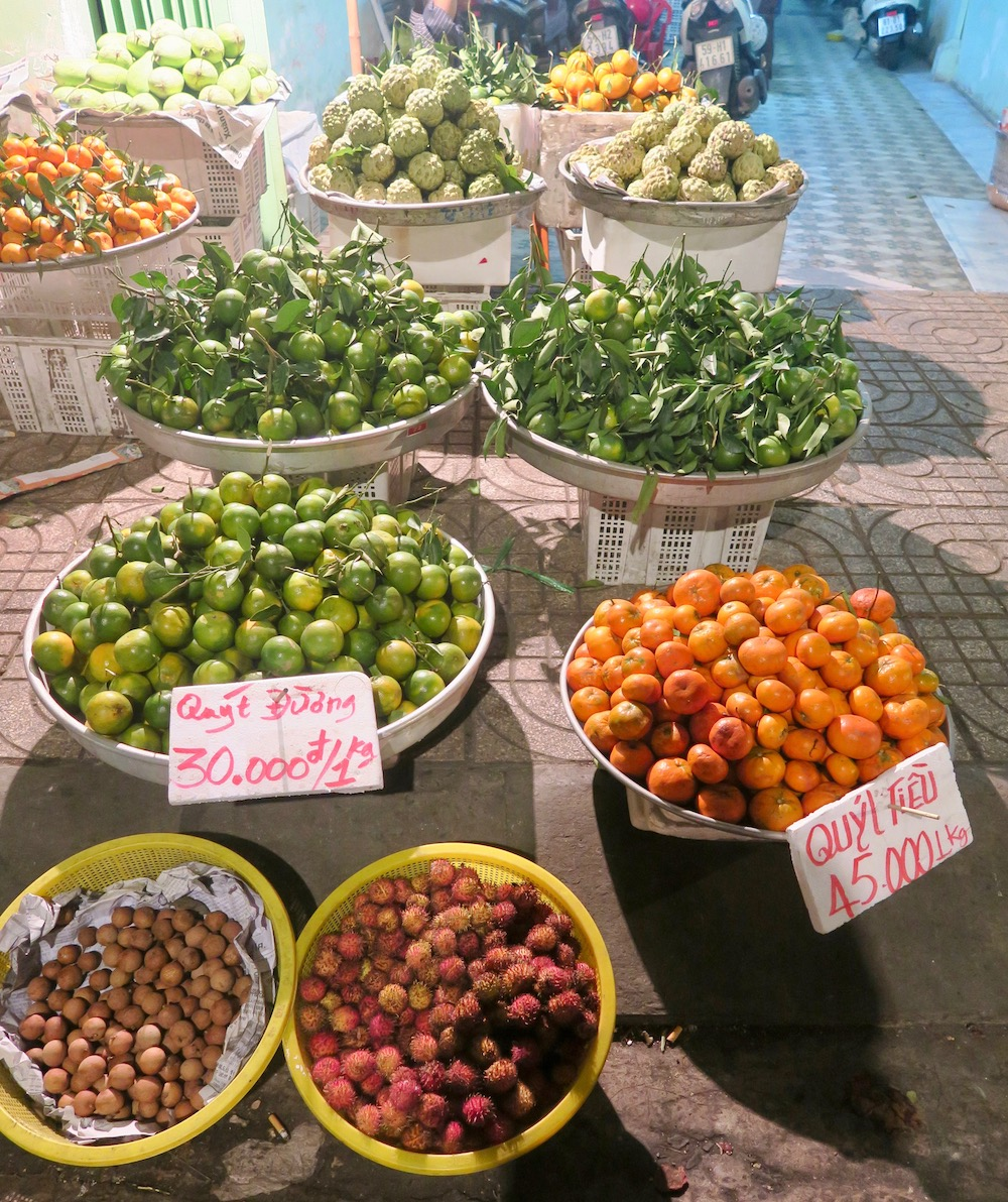 Fruits on night market Saigon |curlytraveller.com