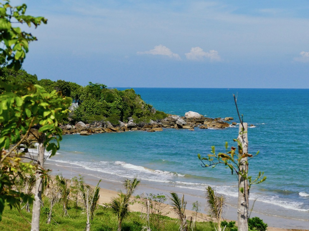 Empty beach at Phu Quoc island |curlytraveller.com