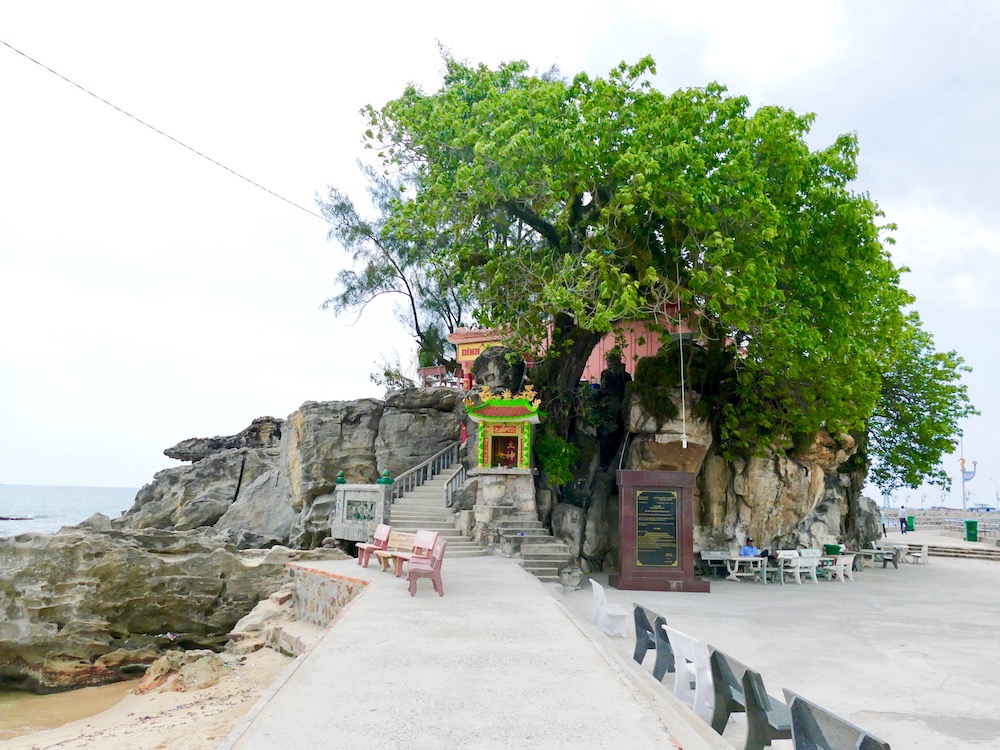 Dinh Cau temple in Duong Dong |curlytraveller.com