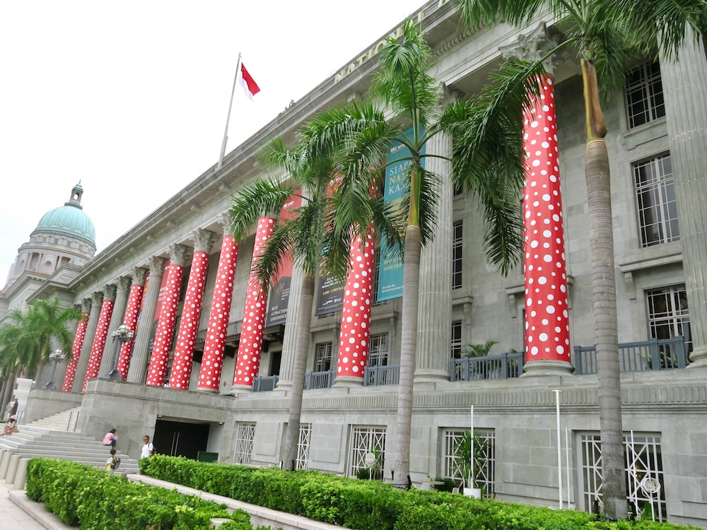Polka dots on the pillars of the National Gallery Singapore |curlytraveller.com