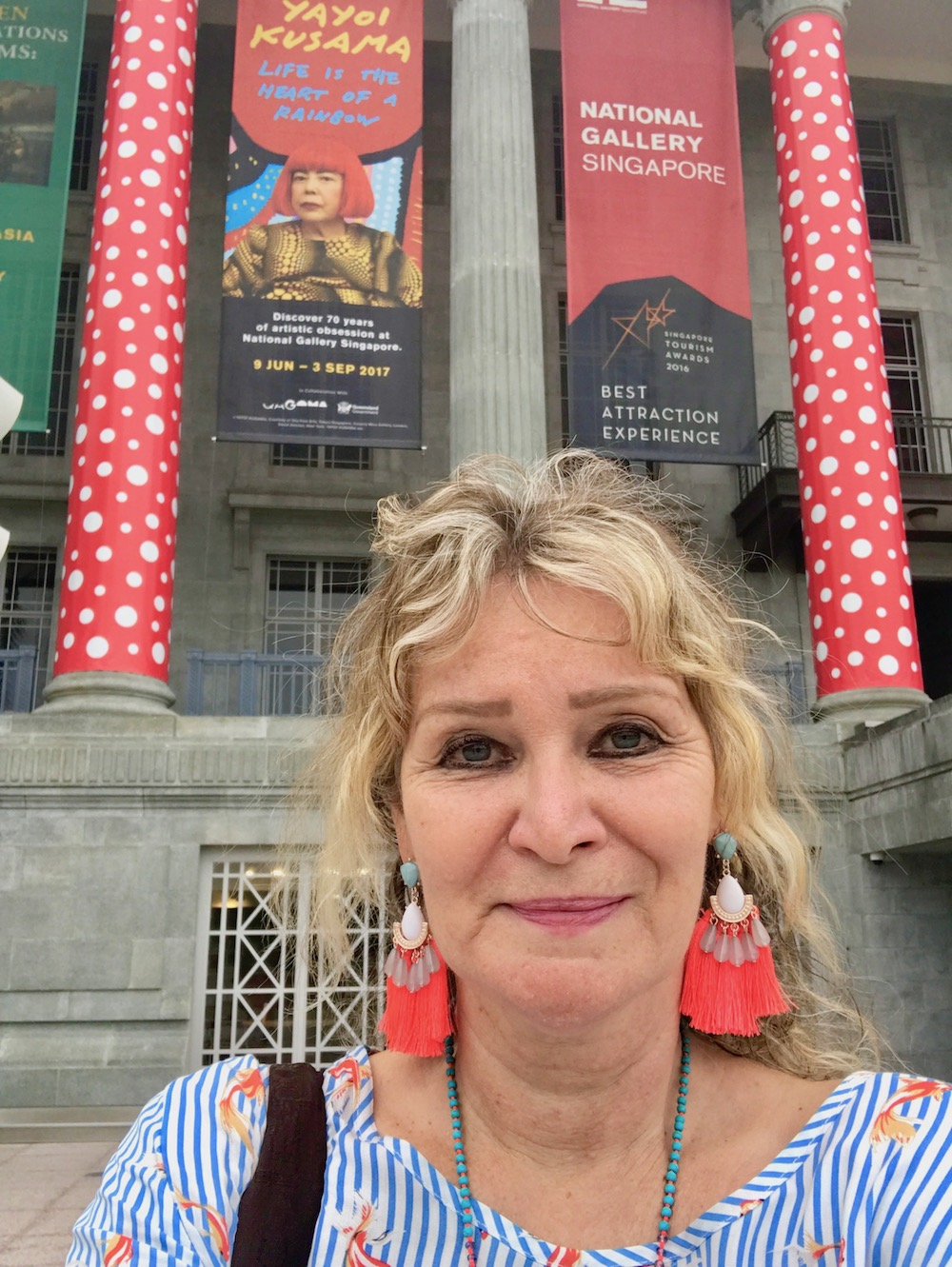 Woman with orange earrings in front of National Gallery |curlytraveller.com