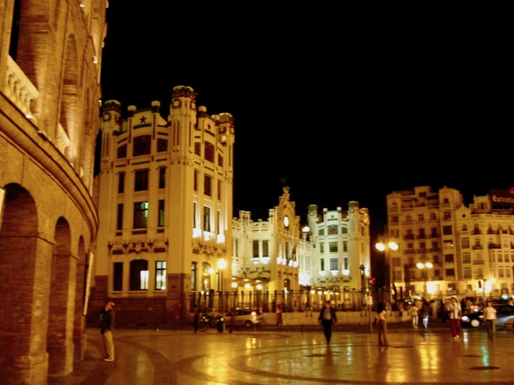 Beautiful square in Valencia by night |curlytraveller.com