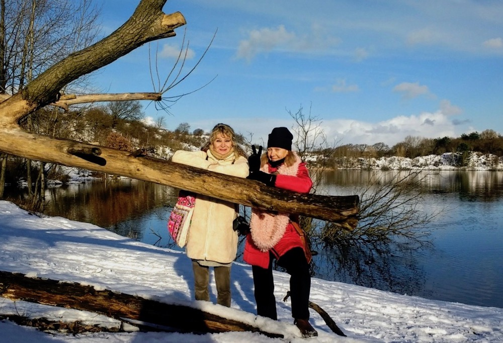 Two women leaning on a tree trunk in the dunes near Haarlem |curlytraveller.com
