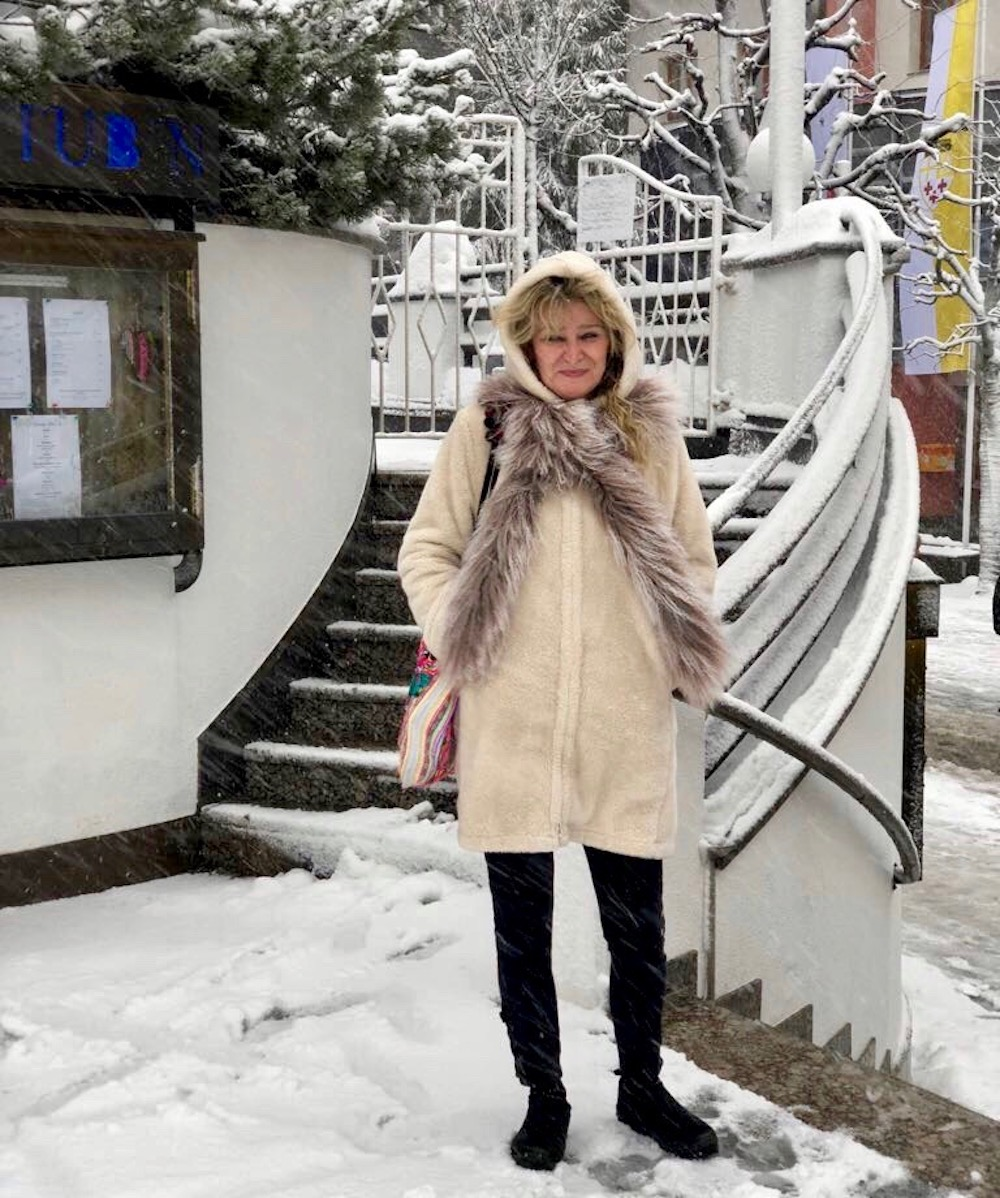 Woman in the snow in St. Anton, Austria |curlytraveller.com