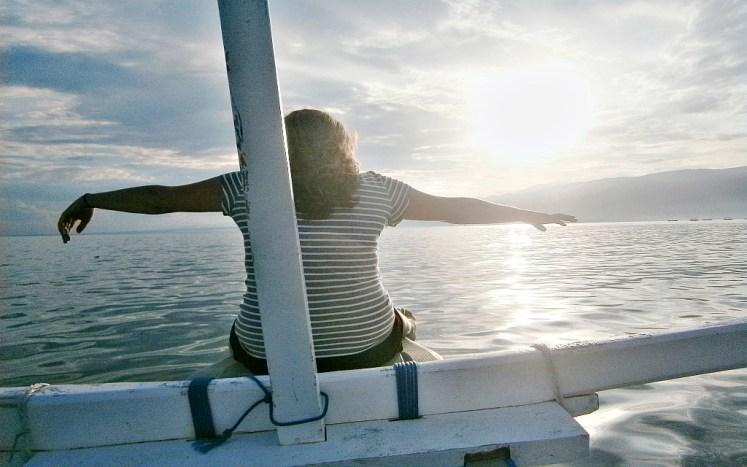 Widok na horyzont morza i wybrzeże Lovina Beach o poranku wynagrodzi wczesną pobudkę