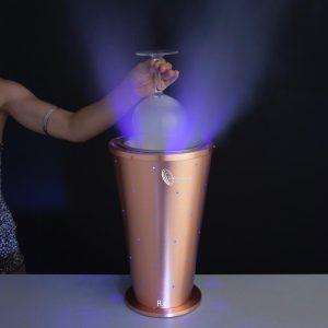 Escarchador de copas especial color cobre medida 20x20x32cm. Escarchador de copas. Enfríe copas en segundos, sin añadir agua a sus bebidas, dando una presentación distinta. Las conexiones van con todo tipo de cargas de 10, 12 y 15 kg de CO2 sonda. Las conexiones, son fáciles de instalar y sin ningún problema. Puede personalizarse y hay varios colores, oro,plata... Los enfriadores de agua:https://es.wikipedia.org/wiki/Enfriador_de_agua Un producto especial para locales de todo tipo, dando un toque de nivel. Tiene un pulsador que hace que la descarga sea justa para el máximo ahorro de co2. Este producto es muy utilizado, en zonas donde hay muchos meses de calor, así su rendimiento es perfecto al lado de la utilización de muchos cubitos de hielo. En zonas de ocio o al lado de una piscina, sirviendo a los clientes, facilitaran la tarea del frió. Se puede lavar y es muy fácil de transportar. Plazo de entrega desde fábrica sobre cinco días en península para otros destinos le informaremos. Puede registrarse para descargar el catálogo.