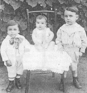 José Herculano Pires con 4 años. A la derecha.