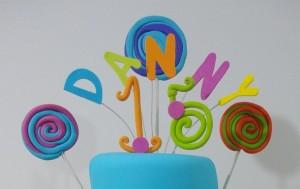Como hacer un adorno para decorar tortas en mazapan por Alexandra de Serrano