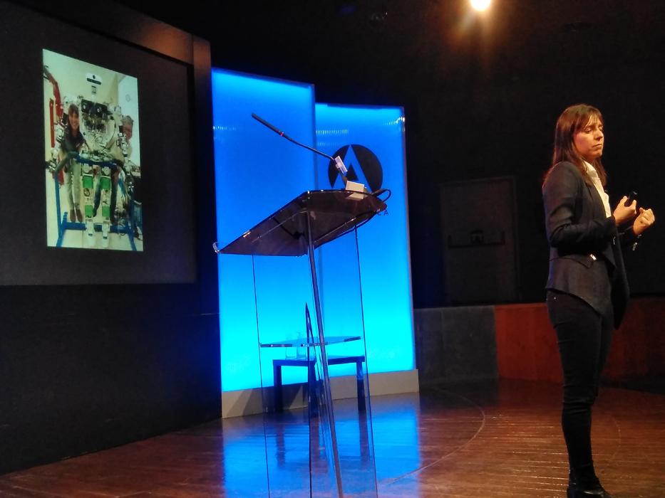 Concepción Monje durante su intervención en los T+ sobre robots y sociedad robótica