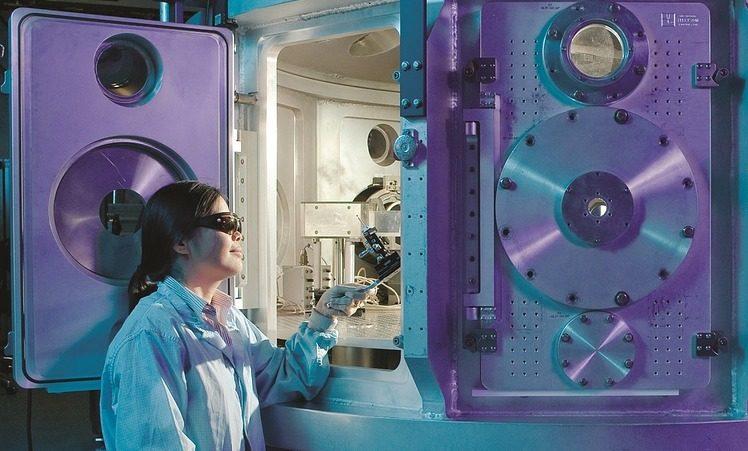 Biofísico realizando un experimento