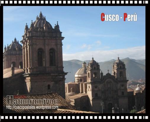 Vista de la catedral y la Compañía de Jesús desde la Plaza Tricentenario