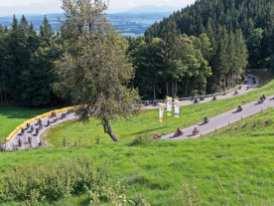 Fahrerisch anspruchsvoll wird der Auerberg vor allem im oberen Teil, wo vor der Ziellinie zwei 180-Grad-Kehren auf die Fahrer warten – hier zu sehen bei der gemeinsamen Abfahrt