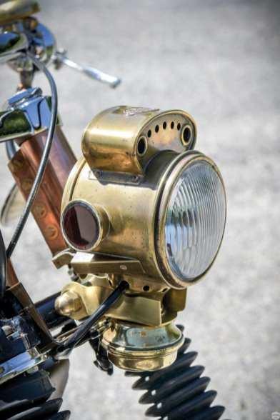 Der Scheinwerfer stammt von einem Oldtimer, der passende Einsatz aus China. Der Rest war Anpassungsarbeit und handwerkliches Geschick
