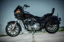Factorize, don't customize: Marco Sailer entschied sich nach dem Kauf seiner FXRT bewusst für einen weit-gehenden Originalzustand. »Gerade weil diese Harley so anders ist als alle anderen wollte ich sie ja haben. Zu viel Customizing war mir da nix, dafür taugen andere Harley-Modelle besser«, erklärt der Mannheimer. So wurden lediglich ein paar kleine Details im »Werk Mannheim« modifiziert, der Rest ist auch so cool genug