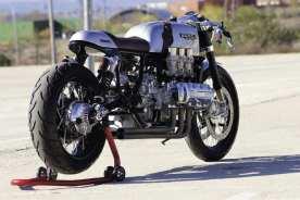 Schwinge und Heck des Originalbikes mussten um neunzehn Millimeter verbreitert werden, um den Kardan sauber aufzunehmen. Die Speichenräder entstanden komplett neu, die Bremsscheiben sind Sonderanfertigungen von Ita Parts aus Valencia