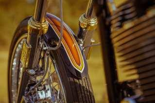 Vorn dreht ein 21-Zoll-Rad mit Avon-Bereifung