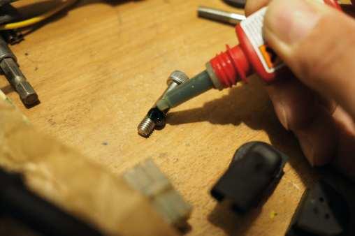 Vor dem Neueinbau müssen die Schrauben gereinigt und mit neuem Kleber versehen werden