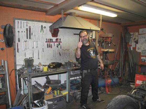 Beers Chopperschmiede ist kein Showroom. Wer Chopper baut, macht zunächst mal Dreck. Im Schmutzraum flext, sägt, schweißt, biegt, glättet und poliert der 2%er!