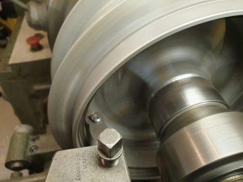 Damit die Bremsbeläge später wieder auf voller Fläche -tragen, wird die Bremstrommel ausgedreht
