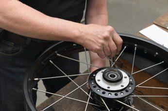 Die gekreuzte Anordnung der Speichen – im Falle der Honda vierzig Stück pro Rad – erhöht die Tragkraft