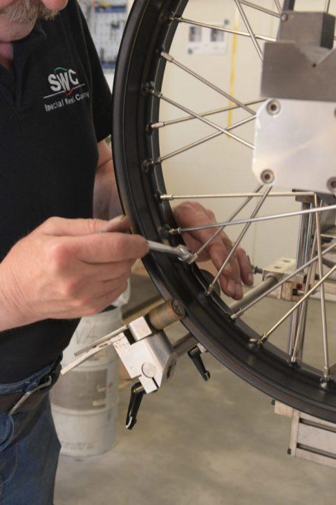 Beim Zentrieren der Räder durch Spannen ist einiges an Erfahrung gefordert