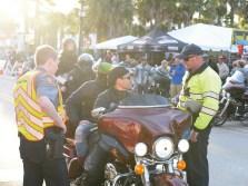 Die Cops haben schon vor Jahrzehnten klargemacht, dass in Daytona kein Scheiß zu laufen hat. Die Biker halten sich meistens dran, denn auch für kleine Verstöße gibt's saftige Tickets