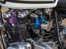 Die Mikuni-Vergaser stammen von einer Kawasaki Z1000 Four und werden durch mit Sieben abgedeckte Trichter mit Luft versorgt