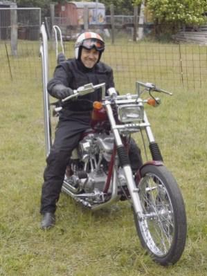 Mitgründer und heutiger CPO-Chef Rolf Schietinger auf seinem Shovelhead-Chopper